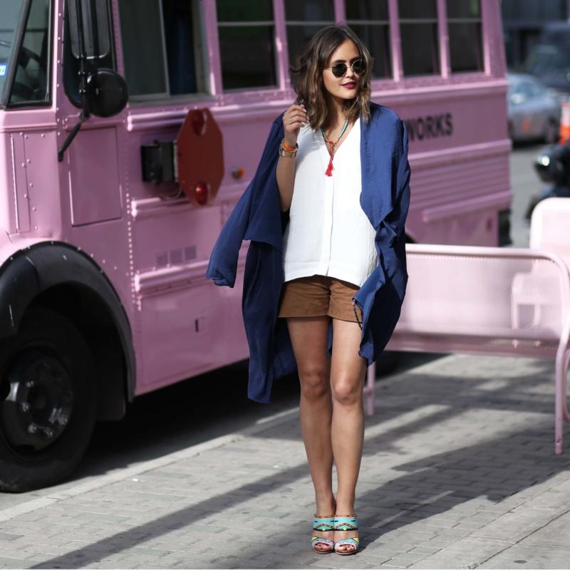 Pinker Van, Kurze Hose, weiße Bluse, blauer Cardigan