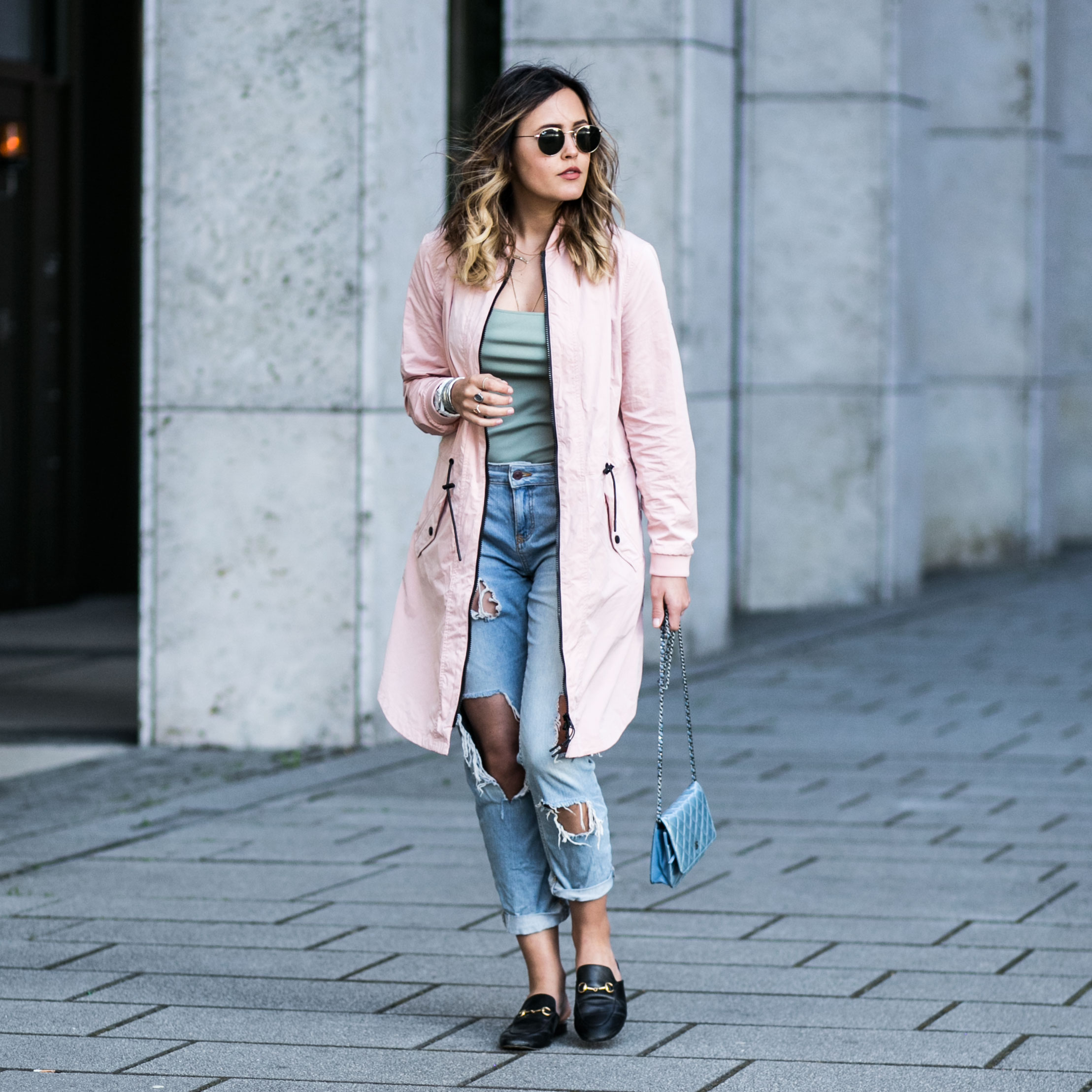 Rosa Trenchcoat, Ripped Jeans, Gucci Mules