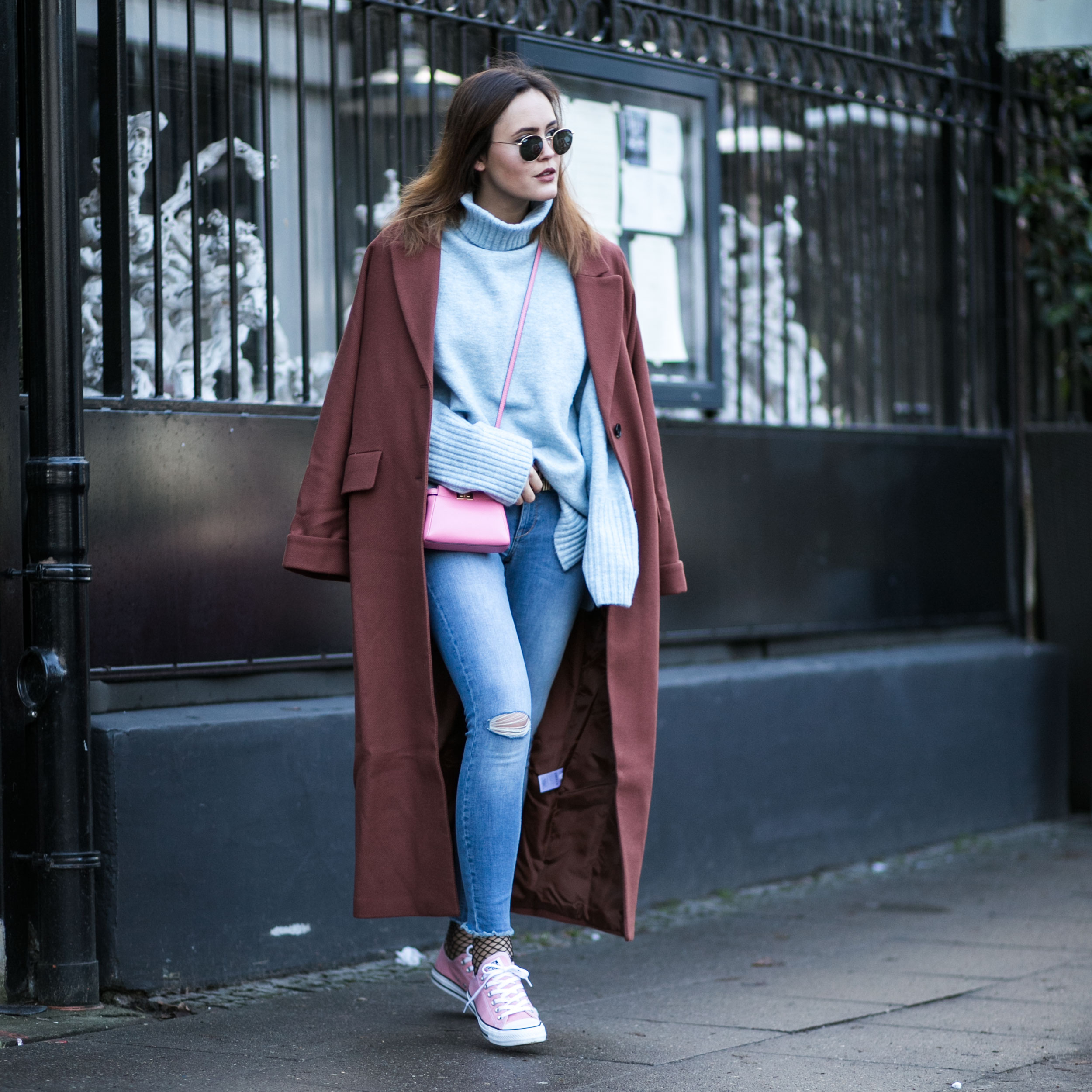 SUNDAY LOOK – BLUE KNIT WITH COGNAC COLORED COAT