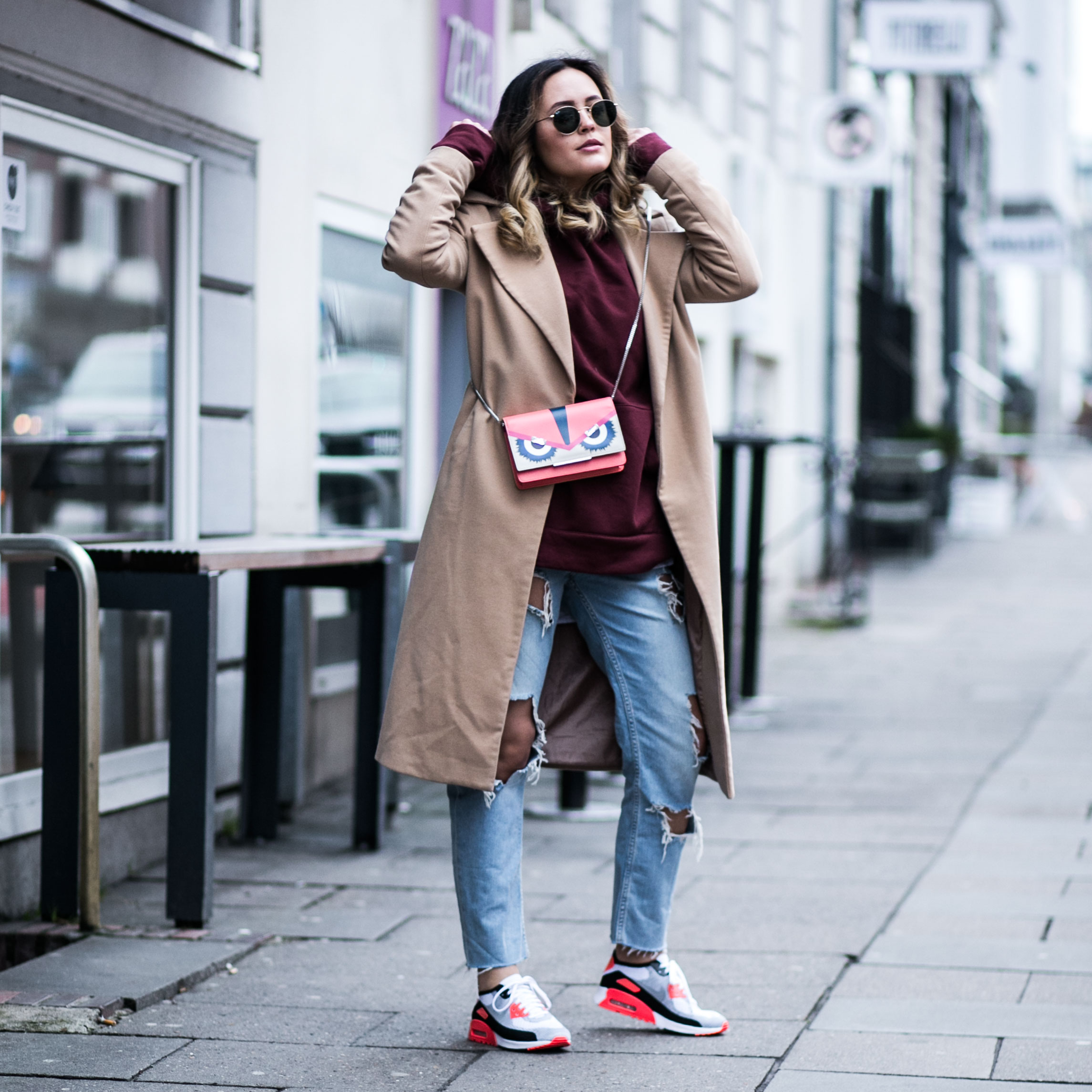 Beiger Mantel, Oversized Pullover, Ripped Jeans, Ray Ban, Casual, Travellook, Nike Air Max 90 Flyknit