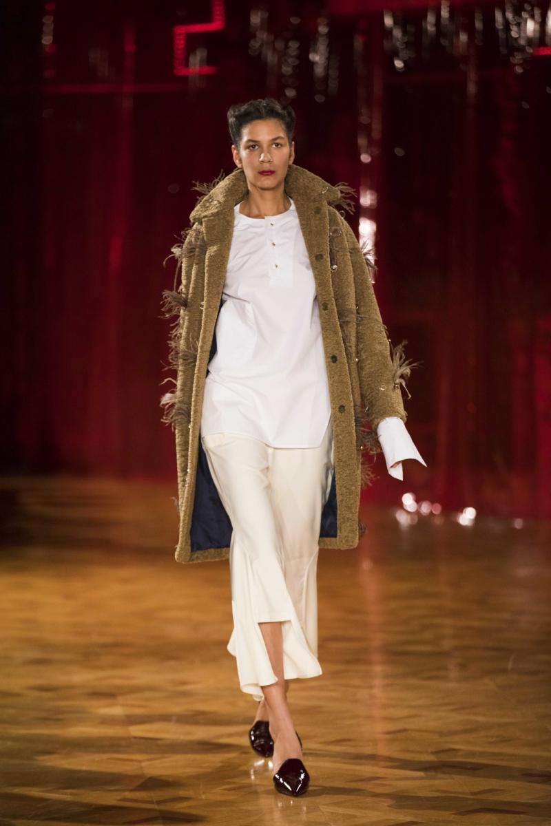 Fashion Walk 2 - weißes Kleid, brauner Mantel