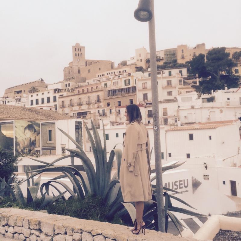 Ausblick von Mauer, beige Mantel, Pumps