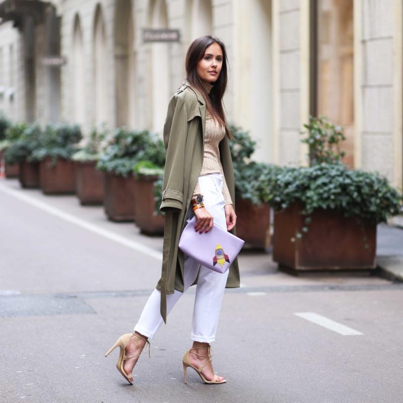 olive Mantel, rosa Tasche, weiße Hose, Pumps