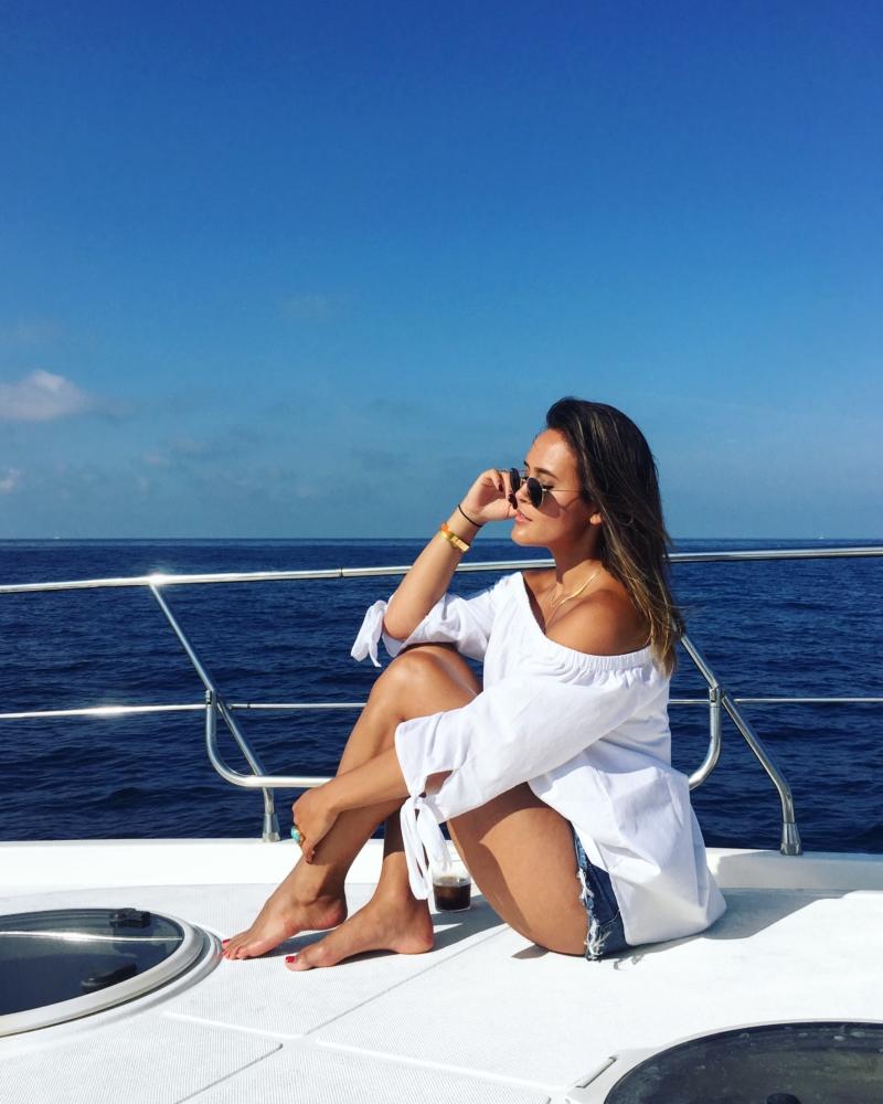 Boot - weiße Bluse, kurze Hose